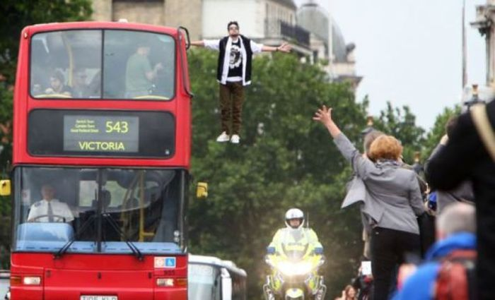 Steven Frayne Levitating Beside Bus (9 pics + video)