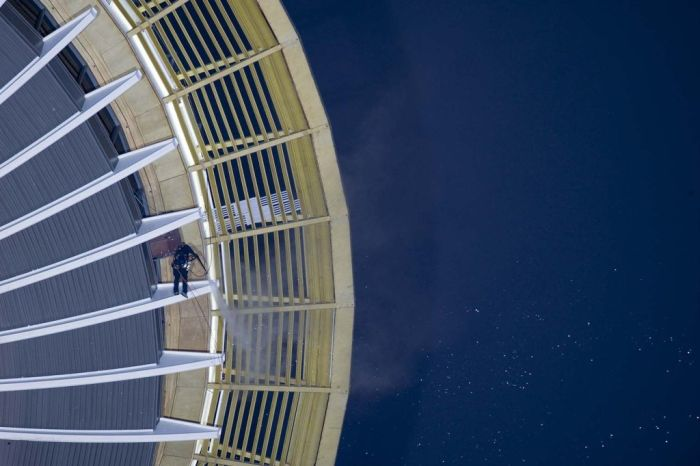 Cleaning the Seattle Space Needle (11 pics)