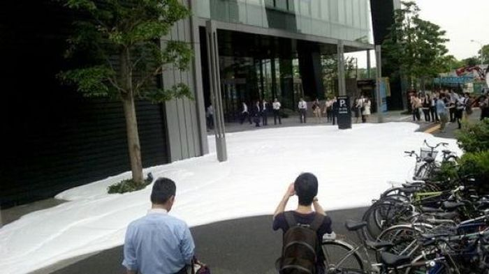 Tokyo Sidewalk Covered in Bubbles (9 pics + video)