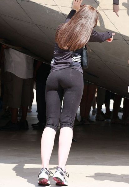 Sexy Girls in Yoga Pants (52 pics)