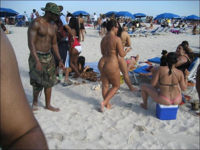 Awkward and Funny Beach Moments (42 pics)