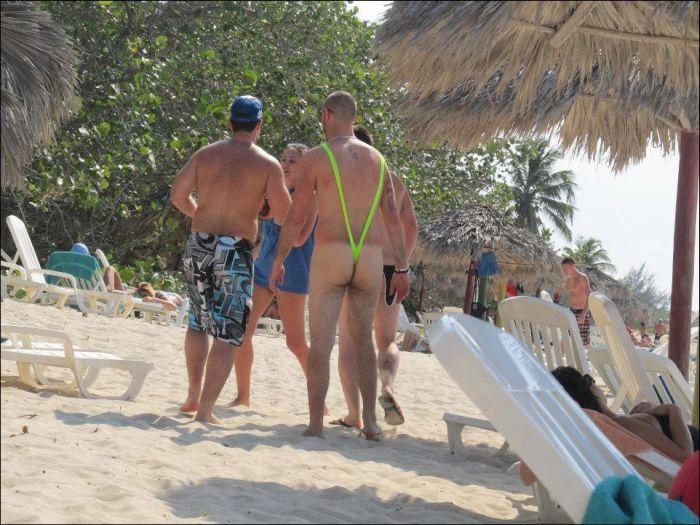 Awkward and Funny Beach Moments (42 pics)