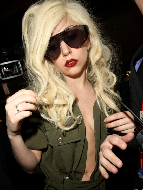 Shiny-Faced and Virtually Makeup-Free Lady Gaga (3 pics)