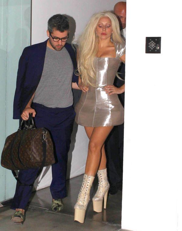 Shiny-Faced and Virtually Makeup-Free Lady Gaga (3 pics)
