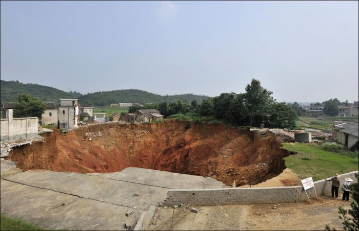 Giant Sinkholes and Road Collapses (23 pics)