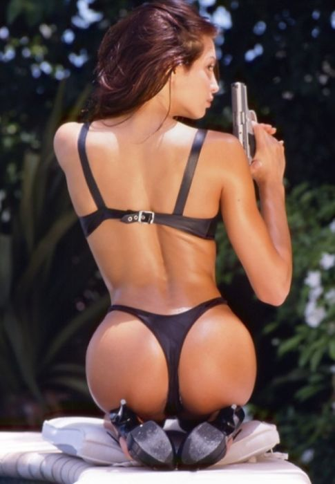 Hot Girls with Guns (48 pics)