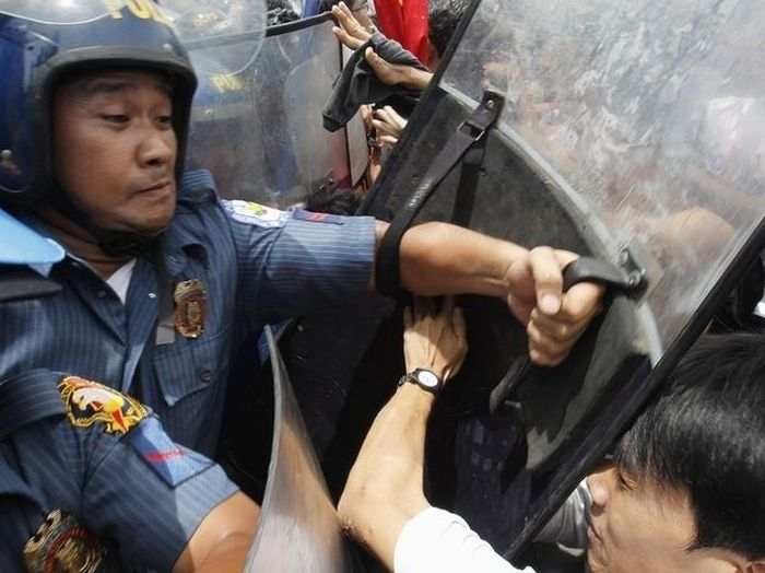 Crying Cop from the Philippines (4 pics)