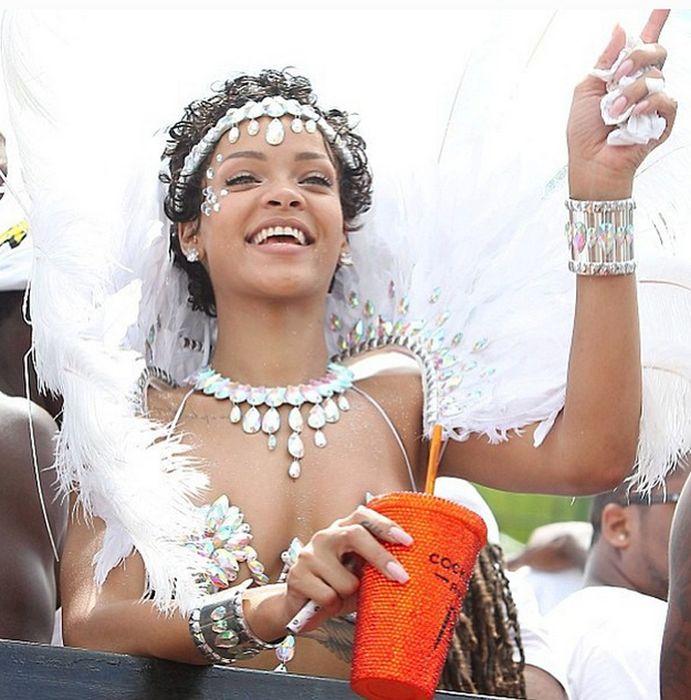 Rihanna in a Sexy Bra (9 pics)