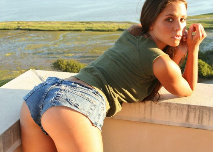 Girls in Jeans Shorts (72 pics)