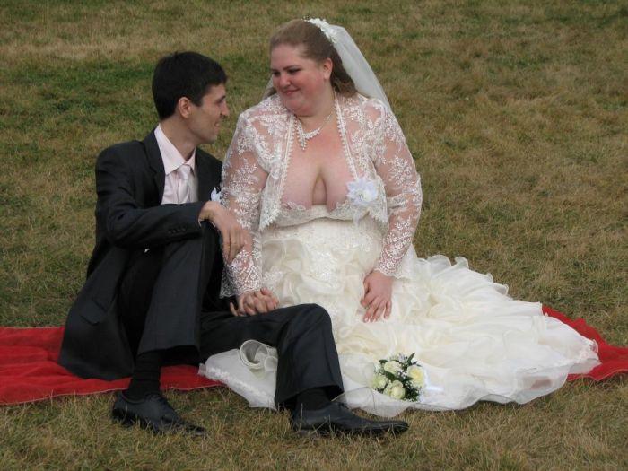 Девушки в свадебных нарядах оголили формы  63426