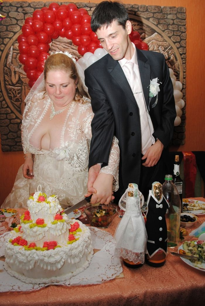 The Worst Wedding Dress Ever (3 pics)