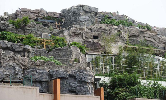 Mountain Villa on Top of Apartment Block (10 pics)