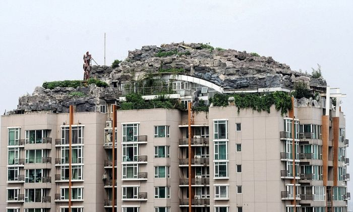 Mountain Villa on Top of Apartment Block (10 pics)