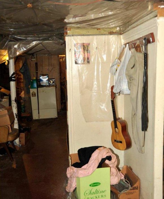 Inside the Ariel Castro House (15 pics)