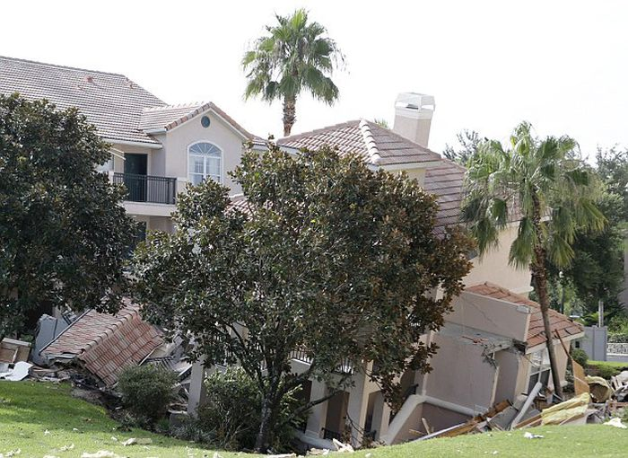 Holiday Villa Swallowed by a Sinkhole in Florida (12 pics)