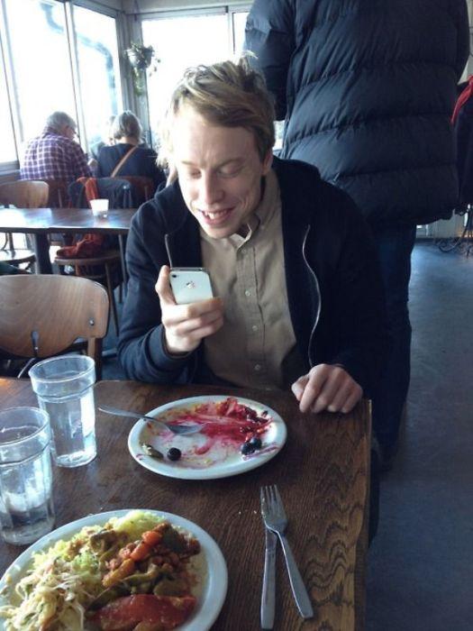 People Instagramming Food (55 pics)