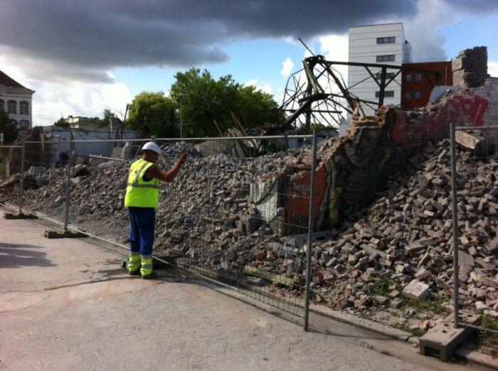 Cars Demolished by a Brick Wall (11 pics)