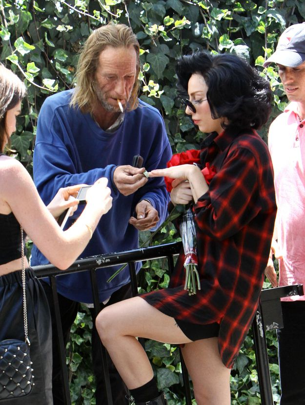 Lady Gaga Took Photos With A Homeless Man (5 pics)