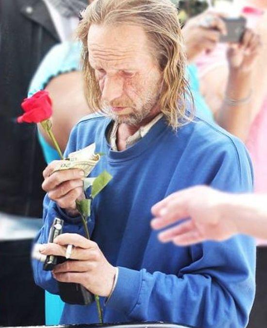 Lady Gaga Took Photos With A Homeless Man (5 pics)