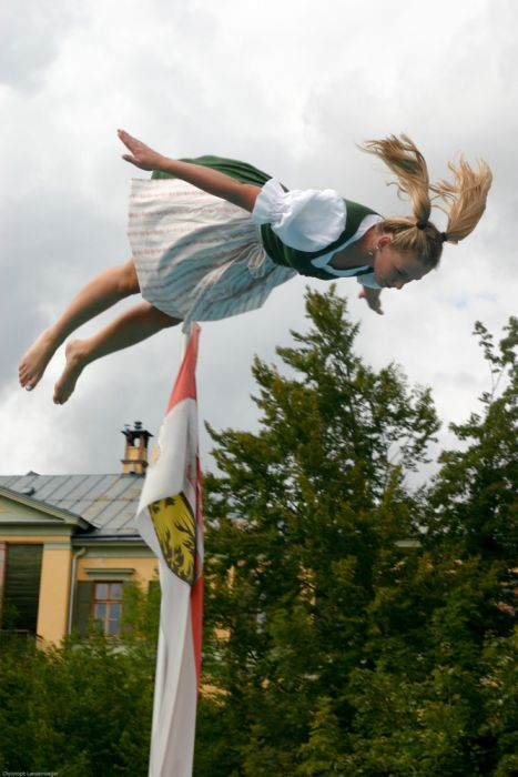 Folk Costume Water Jumping (27 pics)