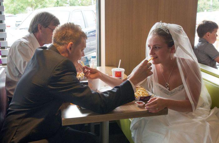 Wedding in McDonald's (16 pics)