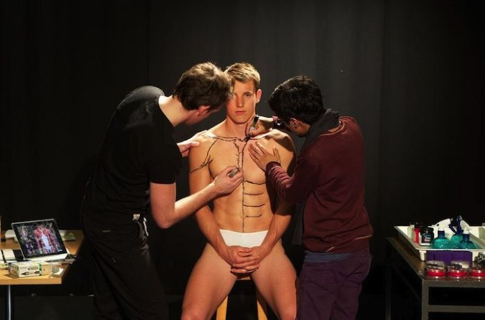 Students Painting a Live Body (11 pics)