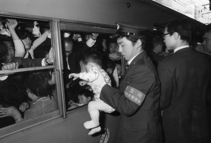 Tokyo Commuters in the '60s and '70s (12 pics)