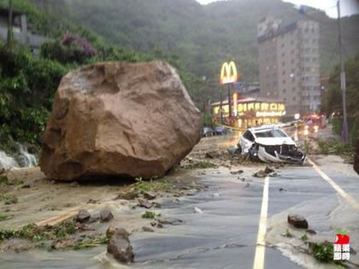 Giant Rock Falls Down a Mountain (4 pics + video)