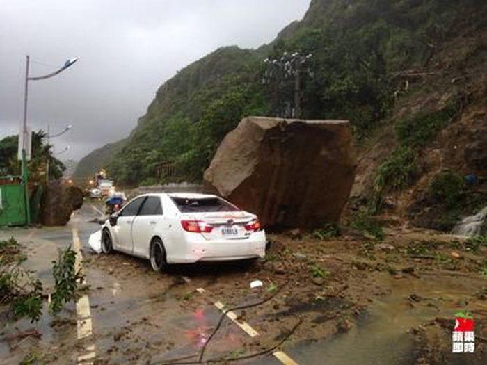 Giant Rock Falls Down a Mountain (4 pics + video)