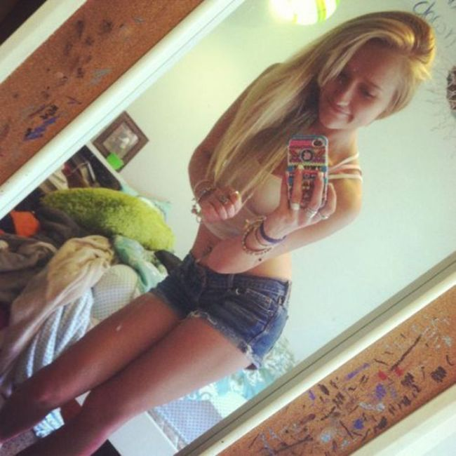 Girls in Shorts (44 pics)