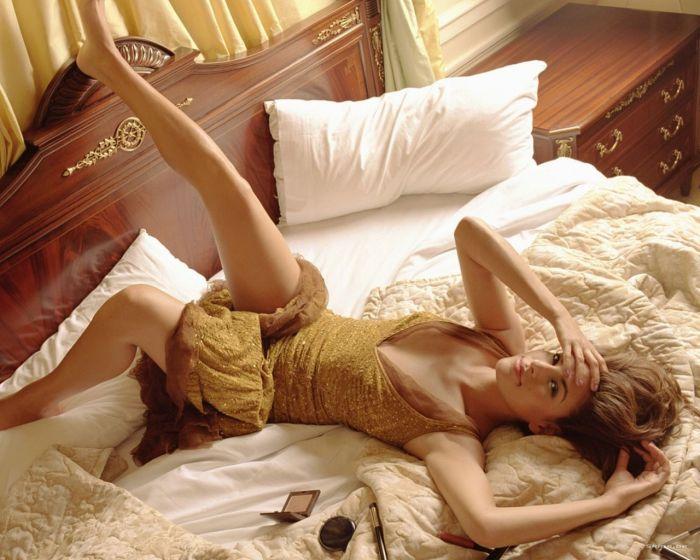 женщина в постели фото
