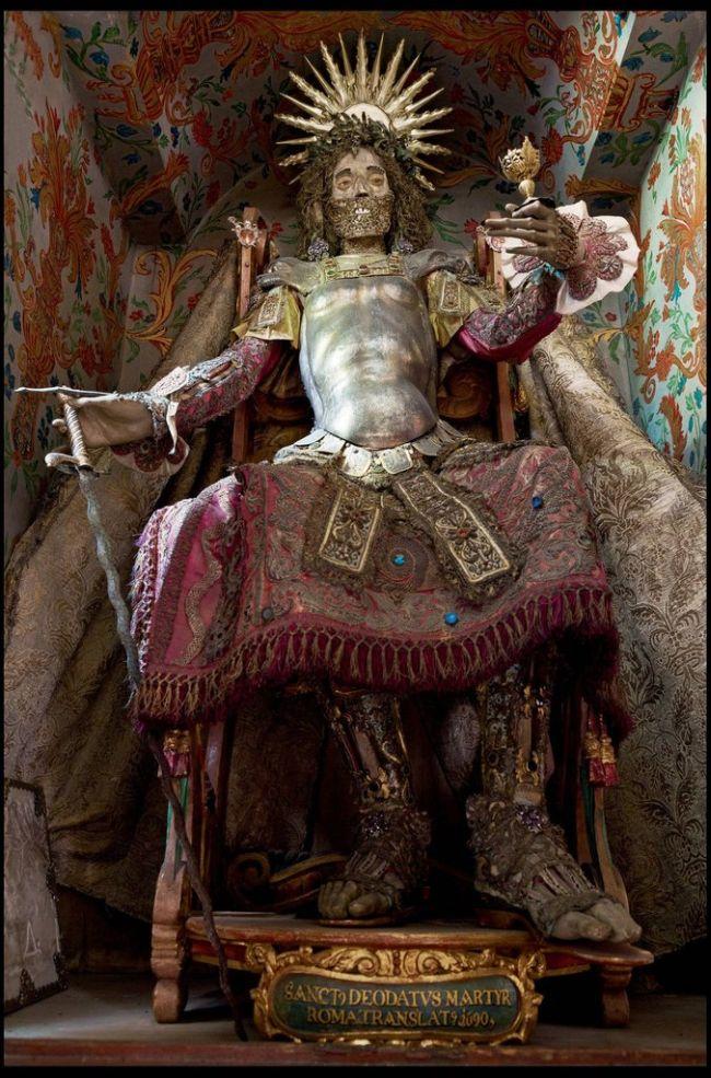 Jewel Encrusted Skeletons (13 pics)