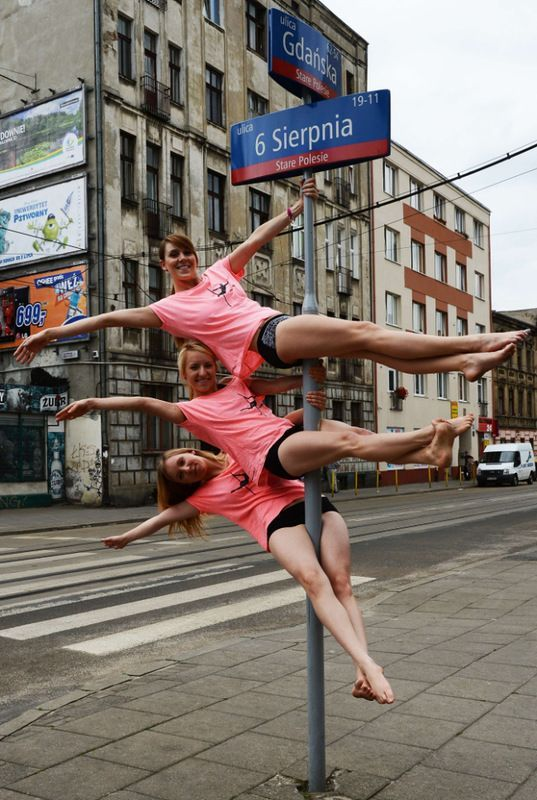 Charming pole dancers brave cold in NE China - Peoples