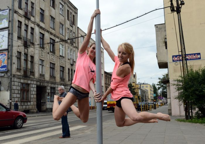 Street Pole Dancing in Poland (10 pics)