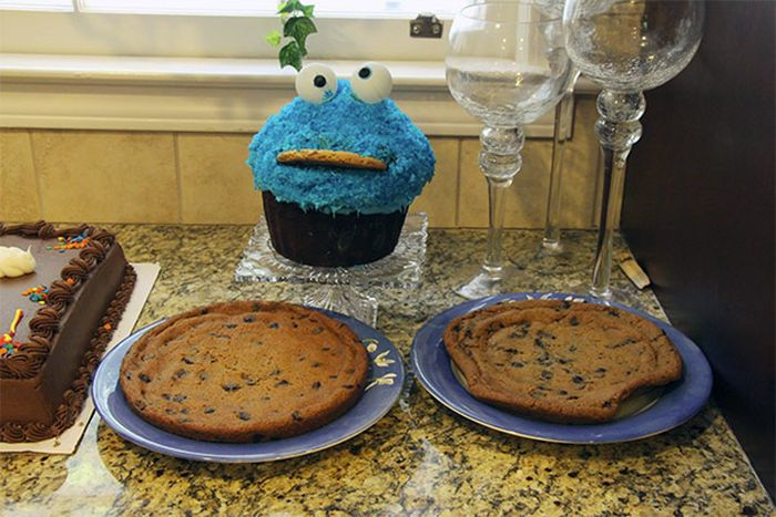 Girl Eats Her Cookie Monster Cake (4 pics)