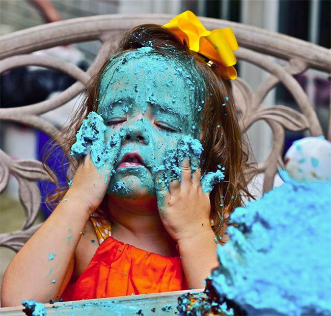 Girl Eats Her Cookie Monster Cake (4 pics)
