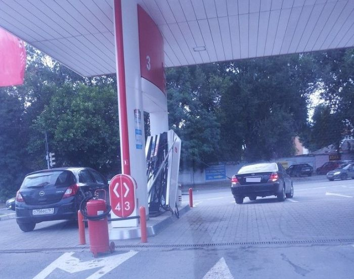 Gas Station Fail (4 pics)