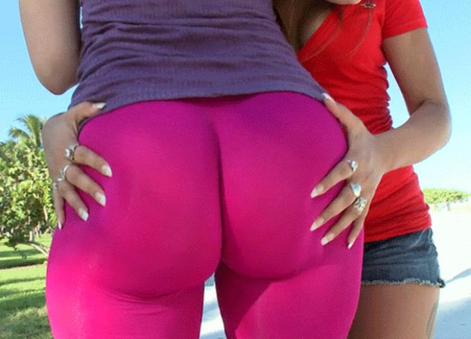 Girls Shaking Butts (21 gifs)