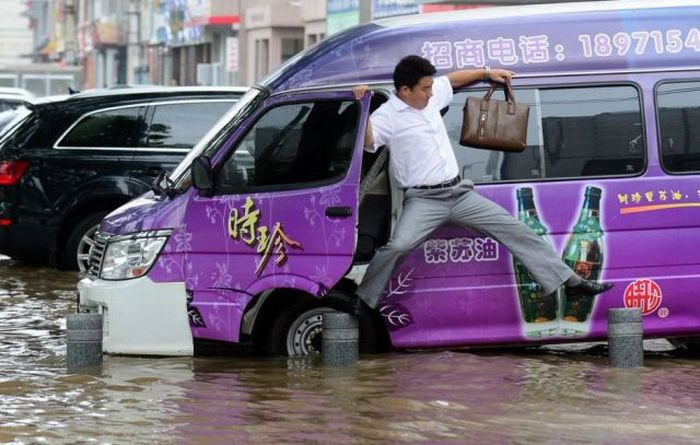 Fun During Floodings (69 pics)