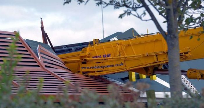 Crane Demolishes the Roof of a McDonald's Restaurant (5 pics)