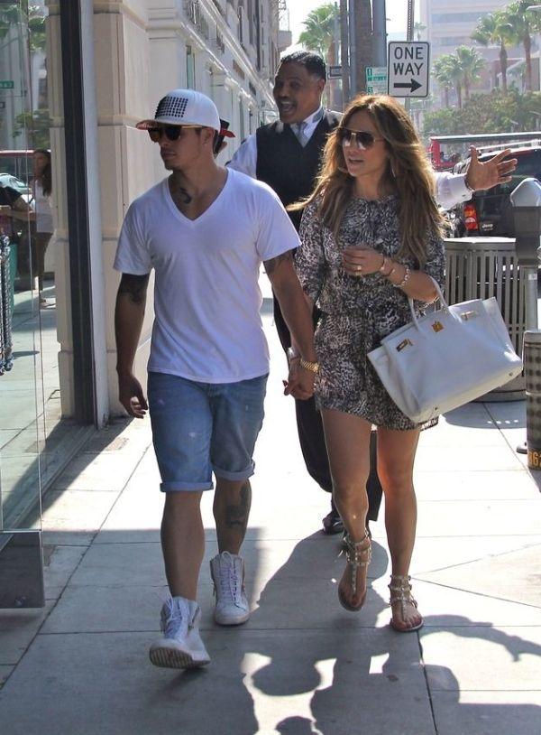 Jennifer Lopez Photobomb (2 pics)