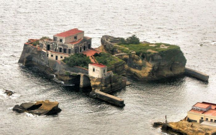 Gaiola Island is Doomed (8 pics)