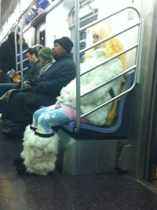 Strange People in Subway (54 pics)