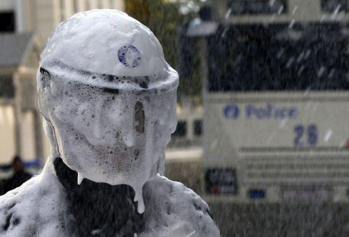 Belgian Firefighters vs Riot Police (11 pics)