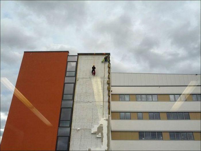 Wall Falls Down (5 pics)