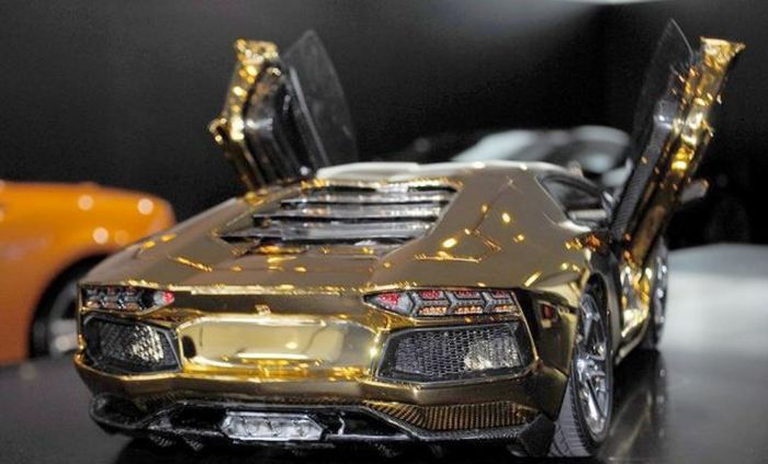Solid Gold Aventador LP 700-4 Model (13 pics)
