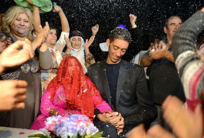 The Tallest Man in the World Gets Married (15 pics)