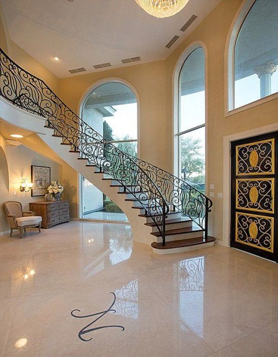 Las Vegas Mansion with Its Own Airport (21 pics)