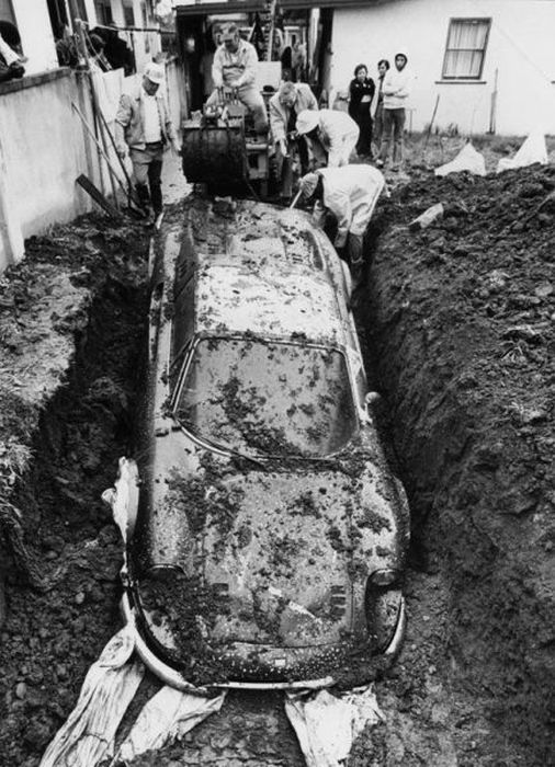 The Real Story behind a Buried Ferrari (8 pics)