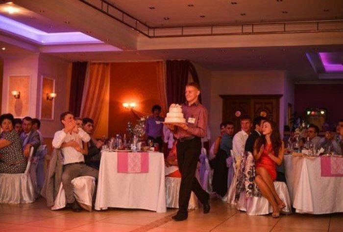Guy with a Cake Falls Down (5 pics)